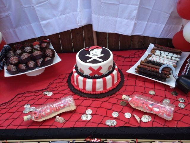 PIRATE PARTY. Un ensemble déco/gâteau pour une pirate party.