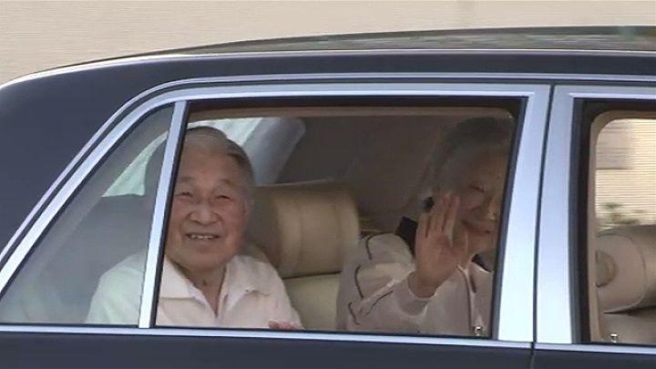 天皇・皇后両陛下が東京・麻布の「思い出のコート」でテニスを楽しまれました。  紺のブレザーにベージュのズボン姿の天皇陛下と白のジャージ姿の皇后さま。右手にはそれぞれテニスラケットを持たれています。午後2時すぎ、両陛下は東京・麻布の「東京ローンテニスクラブ」に到着されました。  このテニスクラブは両陛下が結婚前に愛を育んだ場所として知られていて、例年、この時期にお忍びで訪れ、テニス仲間とのひとときを過ごされています。  4日は晴天に恵まれ、両陛下は 、澄み渡った青空の下、お2人でペアを組むなどしてダブルスの試合を楽しんだり、テニス仲間と懇談したりされていました。  両陛下は、3時間近く滞在した後、午後5時ごろ、テニスクラブを後にされました。   / TBS(04日18:23) #皇室 #両陛下 #テニス