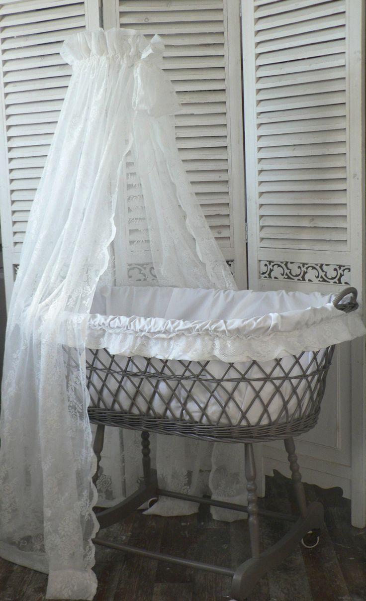 Zo ongeveer zag de babywieg eruit (rieten mand, bekleed met witte stof, en een hemeltje erboven)