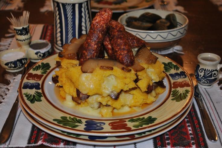 Ce ziceti de o porti de mamaliga ardeleneasca cu branza proaspata de oaie sau de vaca, cu slaninuta prajita, jumeri, si carnat afumat? #crama #haiducilor Cluj