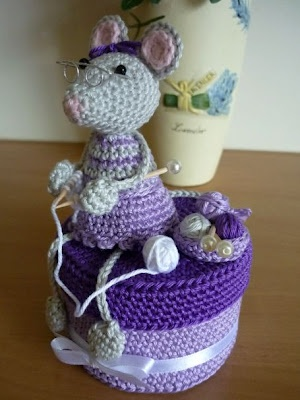 A knitting mouse, made with crochet. The Dutch pattern can be found at http://www.haakmuts.nl/
