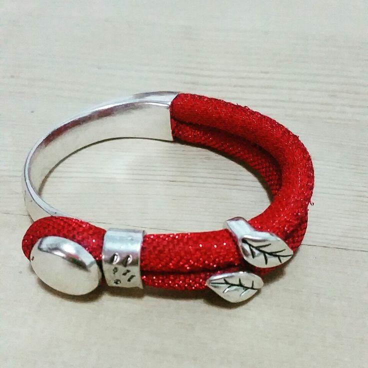 Pulsera semirrígida roja cordón brillo
