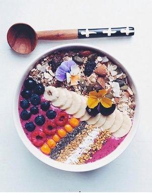 """Un """"Acai Bowl"""" à la banane, framboise et myrtille pinterest petit dejeuner"""