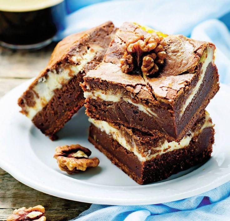 Bine ati venit in Bucataria Romaneasca Ingrediente: 150 g ciocolată neagră 150 g unt 100 g zahăr pudră 4 ouă 70 g făină 100 g ciocolată albă 150 g mascarpone