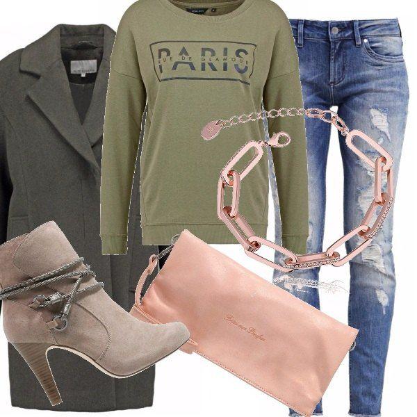 Felpa verde oliva con scritta, ripped jeans, tronchetto con cordino in tono, un bel cappotto oversize. Un look da immaginare ovviamente. La pochette mi è piaciuta subito come il bracciale. Adorabile questo metallo rosa!!