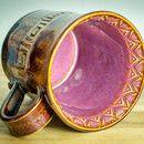 **Tolle Keramiktasse für Kaffee, Tee, Heiße Schokolade ... glasiert in braun, grau, pflaume und mit einem schönen Muster versehen.** Von Hand durch Aufbautechnik hergestellt. Höhe: ca. 10,5...