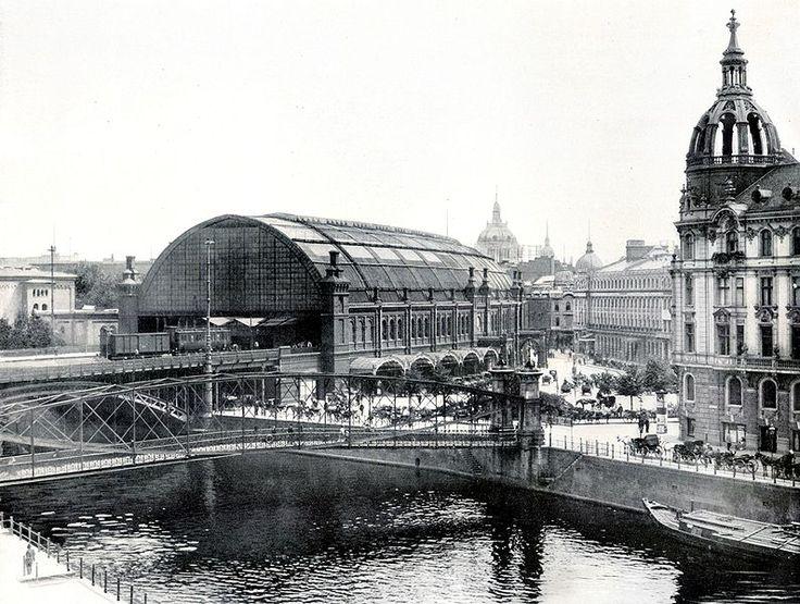 Berlin: Bahnhof Friedrichstraße. Vom Schiffbauerdamm gesehen, im Vordergrund ist der sog. Schlütersteg zu sehen, 1903