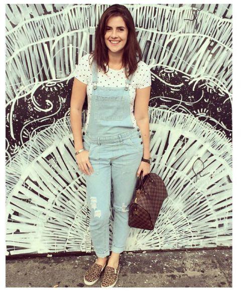 jardineira jeans com tênis animal print