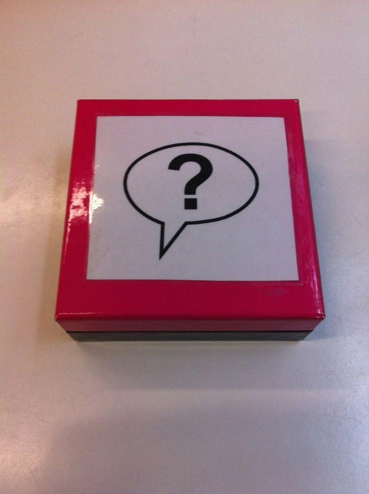 Con la caja de preguntas se incentiva la capacidad de hablar, de expresar sus sentimientos y emociones, indicar sus ideas y juicios de valor, formular preguntas al resto... es excelente para dinaminar las asambleas y para que todos los niños se animen a participar ^^