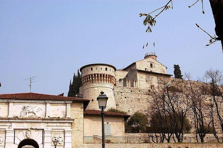 Una delle attrazioni turistiche più belle di Brescia è il Castello di Brescia: una fortezza di epoca medievale che si eleva sul colle Cidneo, a ridosso del centro storico della città di Brescia. B&B nel comune di Brescia in Lombardia qui http://bedandbreakfast.place/it/bb-lombardia/brescia/brescia