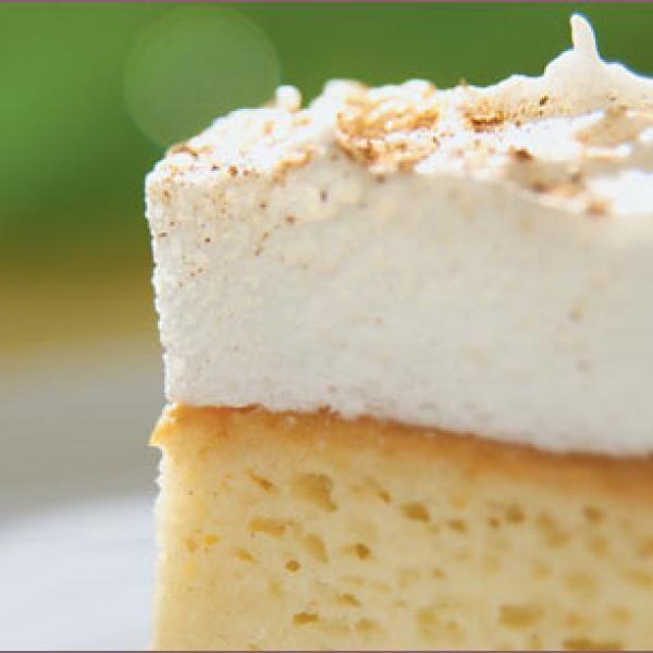 Aprende a preparar torta tres leche Nestle con esta rica y fácil receta. Bizcocho: Precalentar el horno a 200ºC. Batir los huevos con una batidora y agregar el azúca...