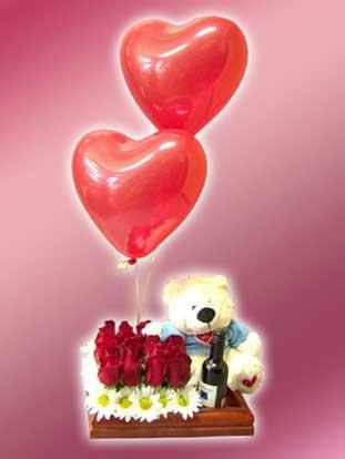 Romántica bandeja de madera decorada con base de rosas, vino, animal de peluche y hermosos globos con helio.