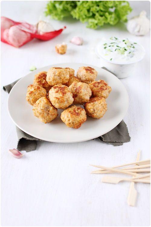 Ces boulettes sont très légères : utilisation du blanc d'oeuf et non de l'oeuf entier, cuisson au four, une sauce à base de yaourt grecque. Elles n'en rest