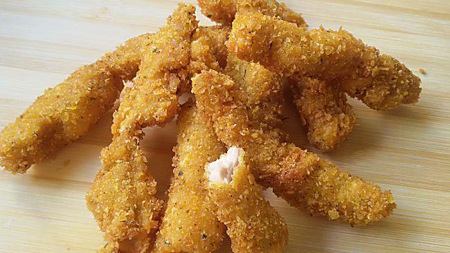 Tiras caseras de pollo rebozado con maíz   Ingredientes  3-4 filetes de pechuga o contramuslos de pollo un vaso de leche desnatada el zumo de un limón maicena para rebozar harina de maíz o preparado crujiente de maíz 2 huevos aceite para freír sal, perejil y ajo en polvo