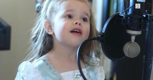 """Pappa bare måtte finne frem kameraet da den lille jenta nylig begynte å synge for full hals. Nå har Claires """"Den lille havfruen""""-sang tatt verden med storm.  Videoen er gjengitt med tillatelse fra Storyful."""