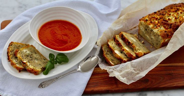 Tämä ihanan kostea, herkullinen leipä maistuu fetalta ja basilikalta. Se nostatetaan leivinjauheella, joten erillistä nostatusaikaa ei tarvita. Fetaleipä soveltuu mainiosti kylmien ja kuumien keittojen kaveriksi, joten alla on myös yksinkertaisen ja maukkaan tomaattikeiton ohje.