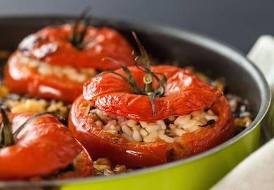 Ege Usulü Domates Dolması tarifi, yemek öncesi güzel bir aperatif olarak masanızı süsleyecek. Lezzetli ve Ege yöresine ait tarifin malzemeleri şöyle;