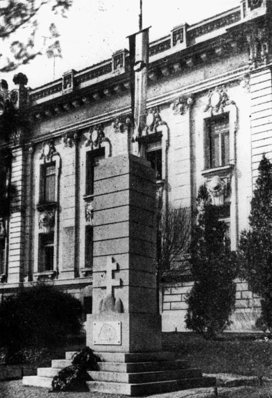 """Eger, Hatvani kapu tér országzászló 1936-1969 - """"Egerben 1936-ban Gömöri Vagner József építész tervei alapján, közadakozásból épült meg az ereklyés országzászló a Hatvani kapu téren. 1969-ben lebontották és helyére a munkásmozgalmi mártírok emlékművét, a Sárkányölő szobrot állították fel..."""""""