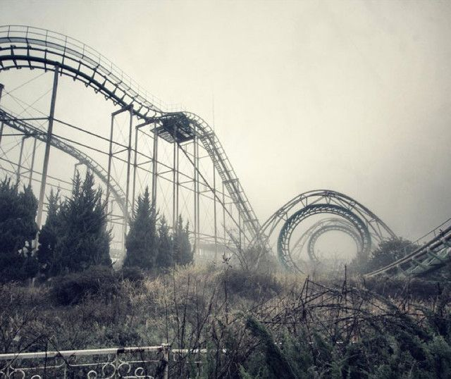 There's something creepily dystopian about photographer Francesco Mugnai's collection (spotted on Fubiz) that depicts abandoned amusement parks. One could expect a raging pack of zombie…