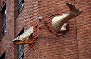 Jamie Salmon es británico, autodidacta escultor contemporáneo, que vive y trabaja en Vancouver, Canadá. Comenzó su carrera trabajando como artista comercial y escultor para la industria del cine de efectos. Se especializa en escultura hiperrealista, tanto figurativa y retrato, la utilización de materiales como el caucho de silicona, resina, pelo y tela.