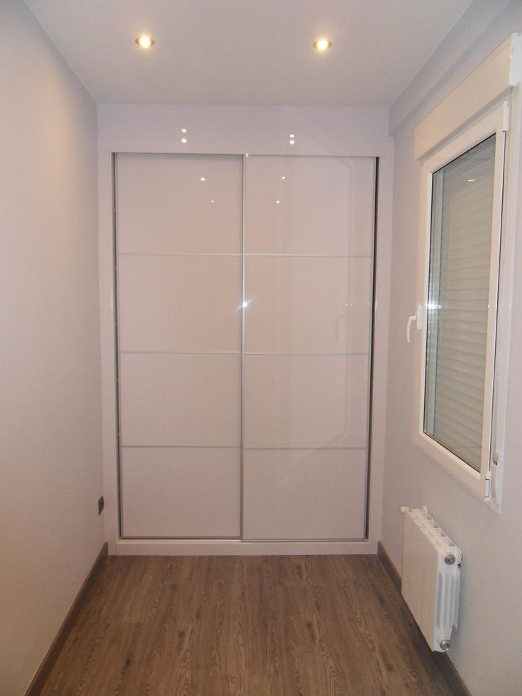 Reforma de piso en centro de Zaragoza, armario empotrado puertas correderas blancas.