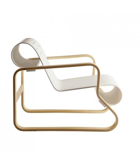 Design Alvar Aalto pour Artek, 1932. Le fauteuil Paimio 41, à la fois imposant et léger, est l'une des 1ères et + belles créations d'Alvar Aalto. Créé en 1931 pour équiper le sanatorium de Paimio, projet qui a rendu Alvar Aalto célèbre dans le monde entier en tant qu'Architecte. Son assise et dossier moulées dans 1 seule pièce de contreplaqué offraient aux patients une position idéale pour profiter des rayons du soleil, tout en facilitant leur respiration.