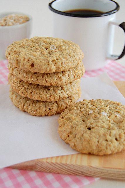 Crispy salted oatmeal white chocolate cookies / Cookies de aveia e ...