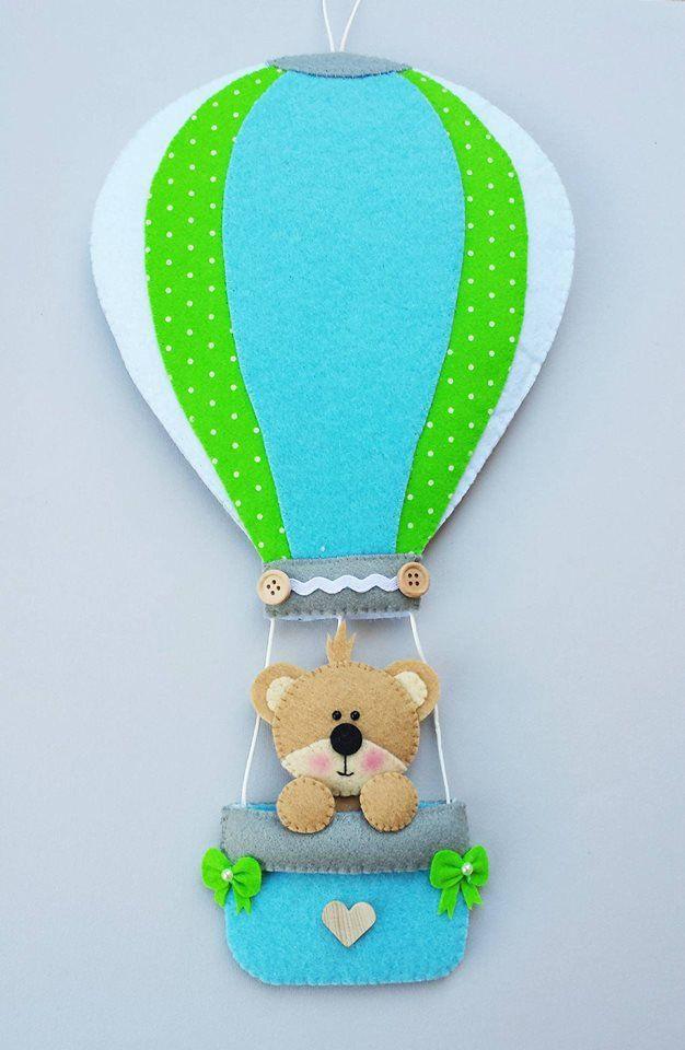 Un dolcissimo orsetto è pronto a prendere il volo con il suo coloratissimo mezzo di trasporto e annunciare a tutti l'arrivo del vostro bebè. Questo fiocco, come tutti gli altri oggetti realizzati d...