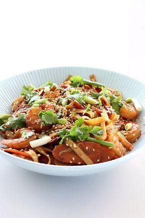 pittige roerbakschotel met udon noedels, scampi en chinese kool. Het receptje is voor twee.