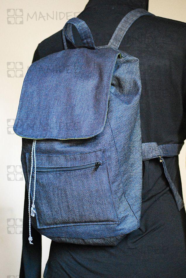 Zainetto in tessuto jeans. Interamente foderato con stoffa verde/verde a puntini bianchi, La chiusura è facilitata da un bottone magnetico e le cinghie sono di lunghezza regolabile; presenta inoltre una tasca esterna con zip ed una interna.