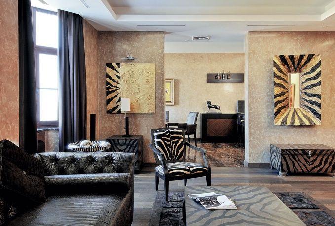 Тигровые узоры играют ключевую роль в оформлении гостиной.