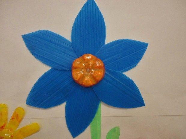 Flor feita de pasta de plástico para arquivo e fundo de garrafa pet.