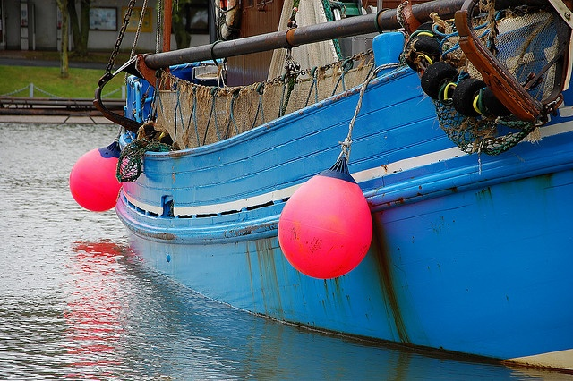 blau und pink im Hafen by pythagoras2009, via Flickr