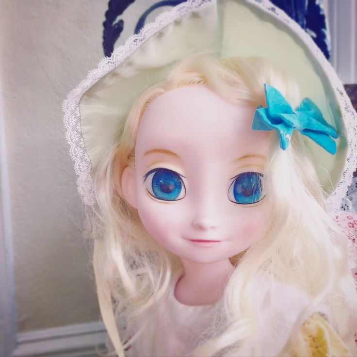 ディズニーアニメータードールエルサのリペイント(Disney Animators Collection Doll Elsa) ボンネットと昔ワンピースでアンティークドール風味に。 アッシュブロンドがきれいだから元のキッチリ三つ編みではなくふわふわ巻き髪にして、小さな子供みたいに顔にまとわりつかせてみた。 #Disney #animators   #doll #frozen #elsa