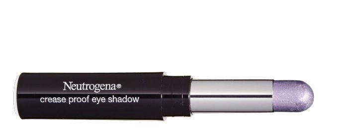 ¡Sombras que no se desvanecen! Dile adiós a los problemas del maquillaje relacionados con la edad: la sombra Crease Proof Eye Shadow de Neutrogena (de venta en farmacias) tiene una base que fija mejor, además de pigmentos que reflejan la luz para volver más brillosos a los párpados, así como vitamina E para hidratarlos.