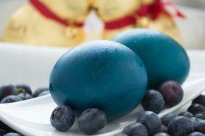 Kunstvoll blaue #Ostereier färben mit Heidelbeere, gelingt und ist ein natürlicher Farbstoff. Ein schnelles Rezept zum Selbermachen.