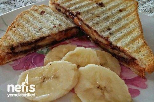 Çikolatalı Muzlu Tost Tarifi'nin Malzemeleri  Tost ekmeği Kakaolu fındık kreması(Nutella, Chokella vb) Muz Çikolatalı Muzlu Tost Tarifi'nin Yapılışı  Muz soyulup yuvarlak şekilde dilimlenir. Tost ekmeklerinin her iki yüzeyine kakaolu fındık kreması sürülür. Çikolatalı ekmek dilimlerinden birinin üzerine muz dilimleri yerleştirilir. Diğer çikolatalı ekmek dilimi üzerine kapatılır. Tost makinesine konulup bastırlır. Çikolata eriyene kadar pişirilir. Ilık olarak servis edilir. Afiyet olsun.
