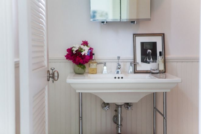 I like the wide surface on the pedestal sink because it allows you to rest things on it.