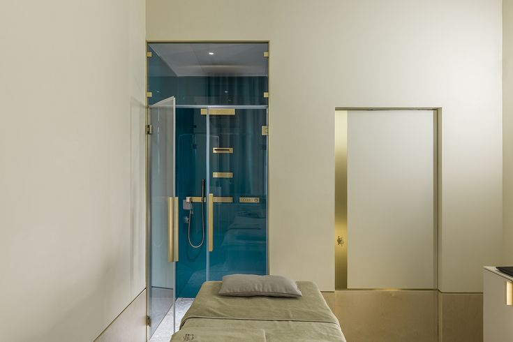 The Vertical Shower was the solution installed in the beauty area. It combines several outlets and flow modes to easily accomplish many health-enhancing water applications.