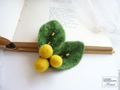 Купить или заказать Зеленые листья и ягоды валяная брошь 'Зеленый день' в интернет-магазине на Ярмарке Мастеров. Небольшая и легкая валяная брошь из 100% шерсти может украсить пальто,снуд,шляпку,сумочку,свитерок или летнюю жилетку. Довольно яркая и позитивная, брошь 'зеленый день' сваляна вручную в технике мокрого валяния и украшена чешскими бусинами. 'Волшебство, как обычно, подкрадется нежданно. Из зеленой листвы глянет солнечный луч и разгонит печали,развеет туманы. Пос...