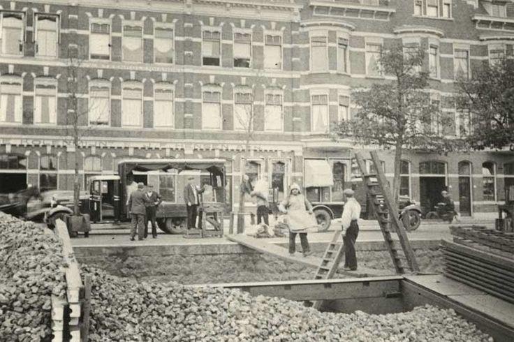 Aan de Admiraliteitskade met het lossen van kolen bij de Steenkolen Handels Vereniging. 1939 GAR