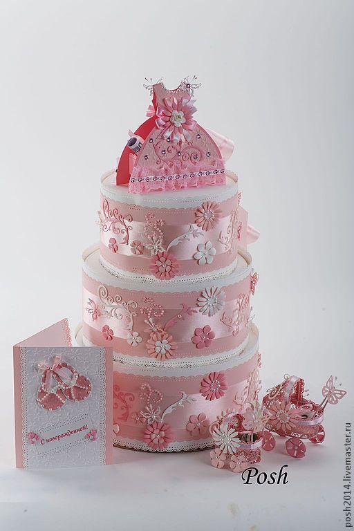 Памперсный торт можно подарить при рождении девочки. Торт состоит из памперсов 95 шт. Упаковка сделана из дизайнерской бумаги и украшена атласной лентой, цветами, бабочками из бумаги и полубусинами. На верх торта ставится коробочка под небольшой денежный подарок или сертификат в виде платьица.