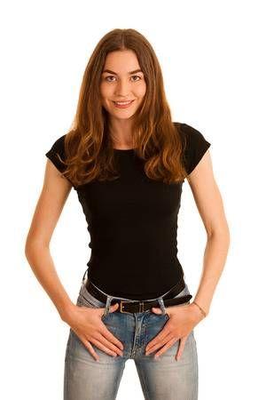Atractiva mujer joven en jeans y camiseta negra aislada sobre fondo blanco 4be9b3b0282
