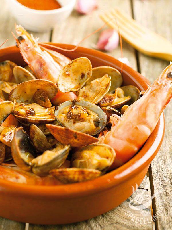 Clam chowder and shrimp with paprika - Se amate le zuppe gustose e originali non potete perdervi la preparazione di questa Zuppa di vongole e gamberi alla paprika! Saporitissima! #zuppadivongoleegamberi