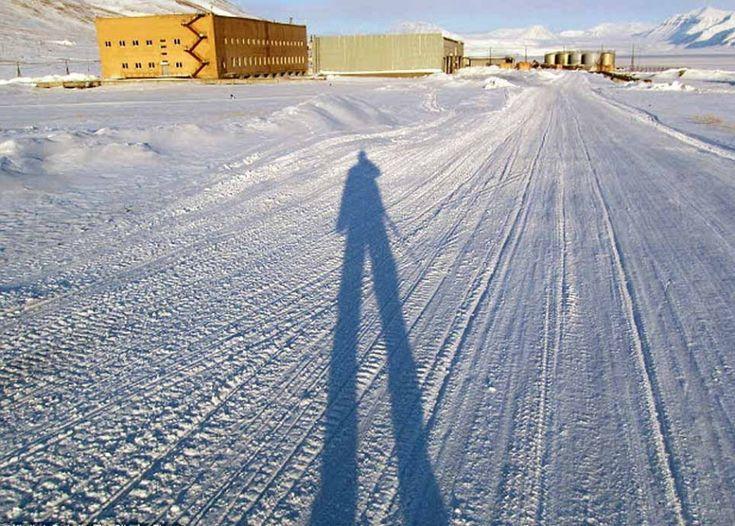 Sembra di essere in Siberia, invece queste immagini provengono dalla Norvegia, da un vecchio avamposto minerario sovietico chiamato Piramide, sull'isola di Spitsbergen, oceano Artico. Una città fantasma abbandonata nel 1998, congelata nel tempo, a soli 1300 km dal Polo Nord. L'unico abitante