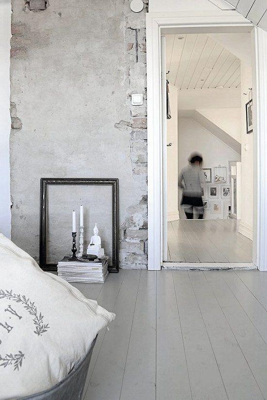 raw wall, photo by Helena Köhl | vosgesparis. Painted grey floorboards