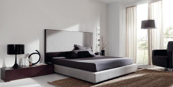 Dormitorio con cabecero en gris y mesillas negras