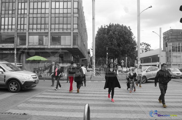 Peatón, utiliza el semáforo cuando este te dé el paso, cruza con atención, siempre observa a ambas direcciones antes de cruzar. #SeguridadVial