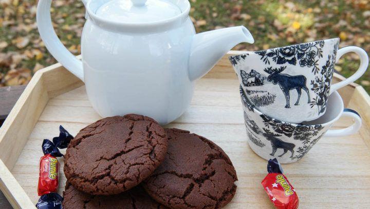 Riktigt härliga cookies är perfekt till fikat och vad passar bättre än choklad och kola? Dessa goda kakor innehåller både choklad och sirap, som ger lite av en kolasmak, sen även en dumlekola i mitten. Dessutom är dom löjligt enkla, man behöver inte ens en elvisp, utan man kan enkelt röra ihop dessa med en […]