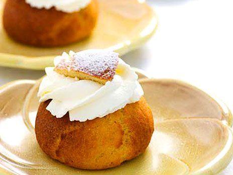 Glutenfria semlor som bakas på kokosmjöl och fiberhusk. Recept från kokboken Baka med LCHF.